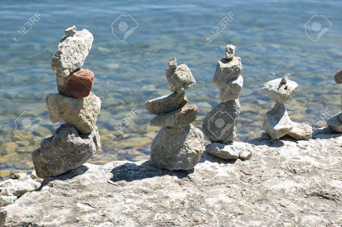 indian esculturas de piedra a la orilla del lago ontario foto de archivo