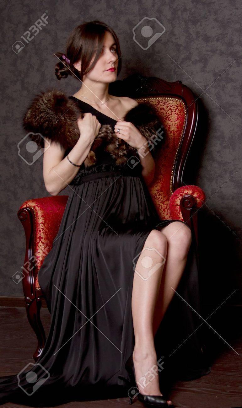 Девушка в платье в кресле