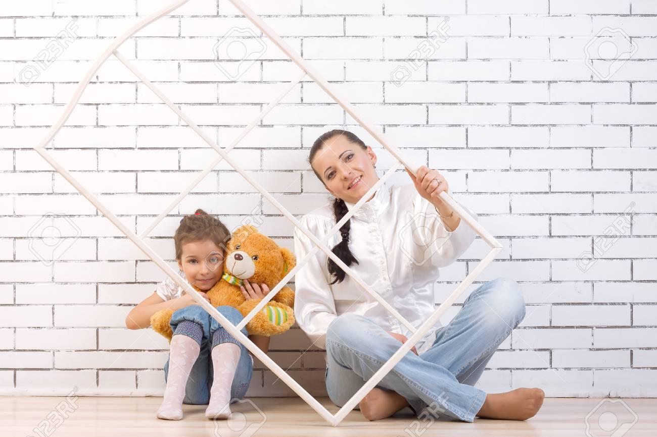 Mutter Und 5-jährige Tochter Sitzen An Der Wand, Mit Einem Spielzeug ...