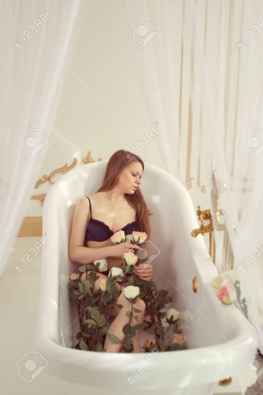 Mädchen In Unterwäsche Liegend Im Bad Mit Rosen Ohne Wasser