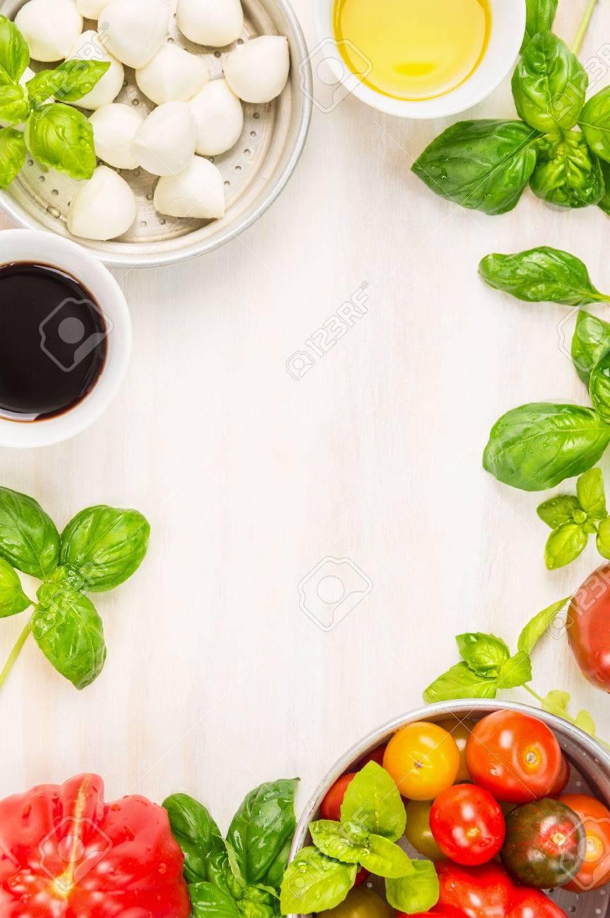 Caprese-Salat Zutaten Auf Weißem Holzuntergrund, Ansicht Von Oben ...