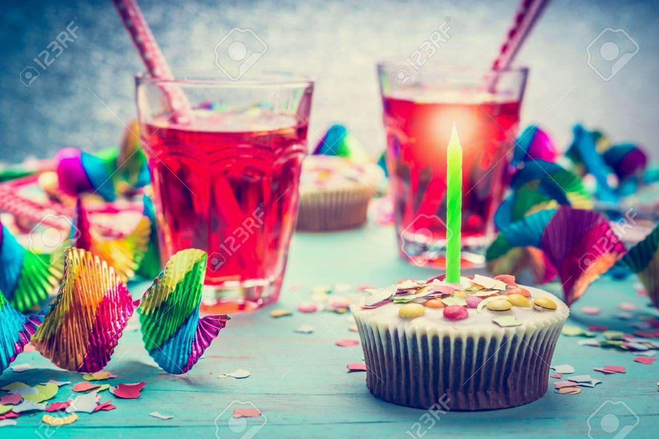 Geburtstag Mit Kuchen, Kerzen, Getränke Und Party-Tools. Alles Gute ...