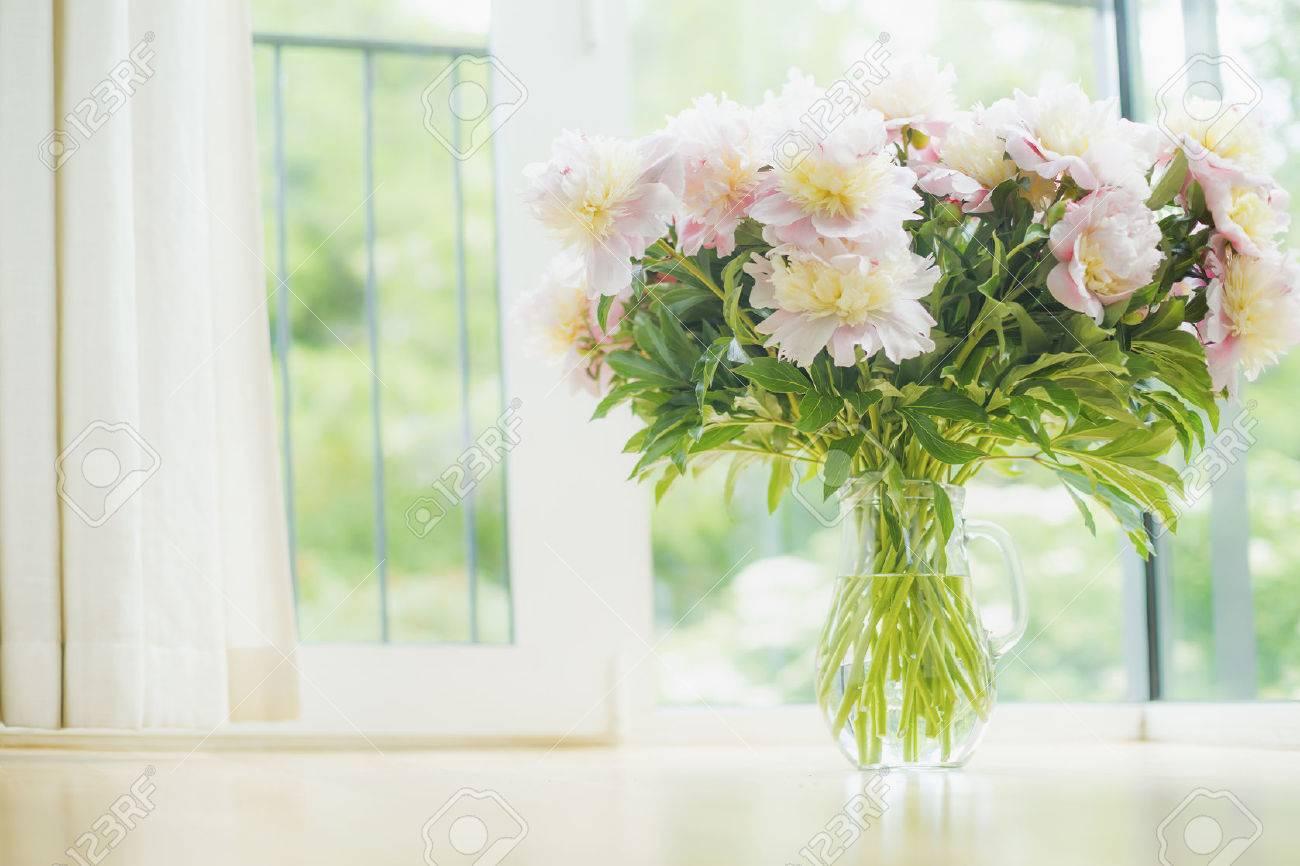 Große Schöne Hellrosa Pfingstrosen Strauss In Glasvase über Fenster ...