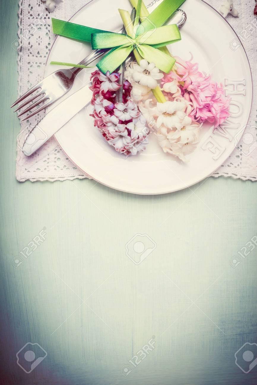 Tischdeko Im Fruhling Mit Teller Besteck Band Und Ziemlich