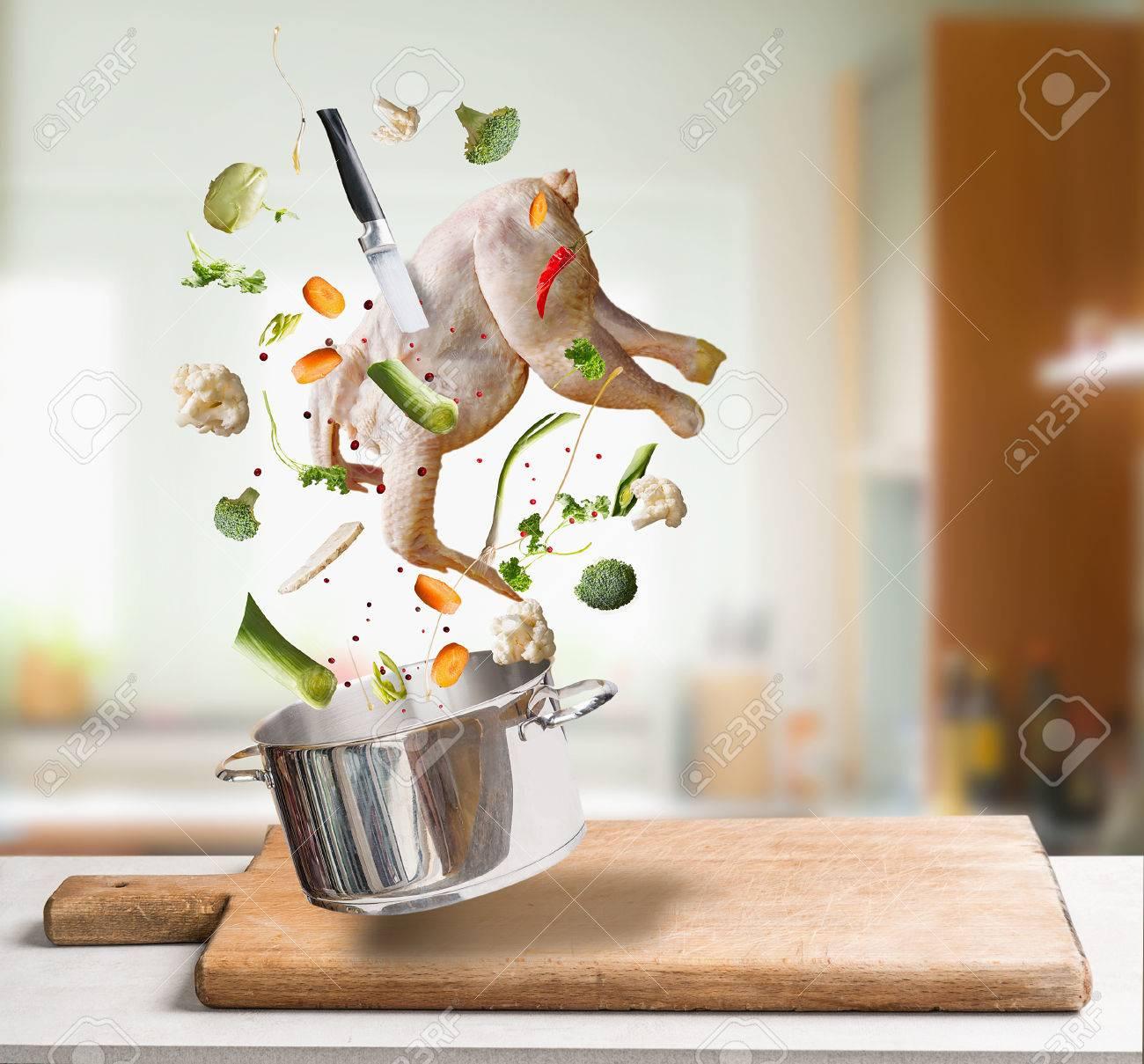 Fliegende Rohe Hühnerbrühe, Bouillon Oder Suppe Zutaten Mit Ganzen ...