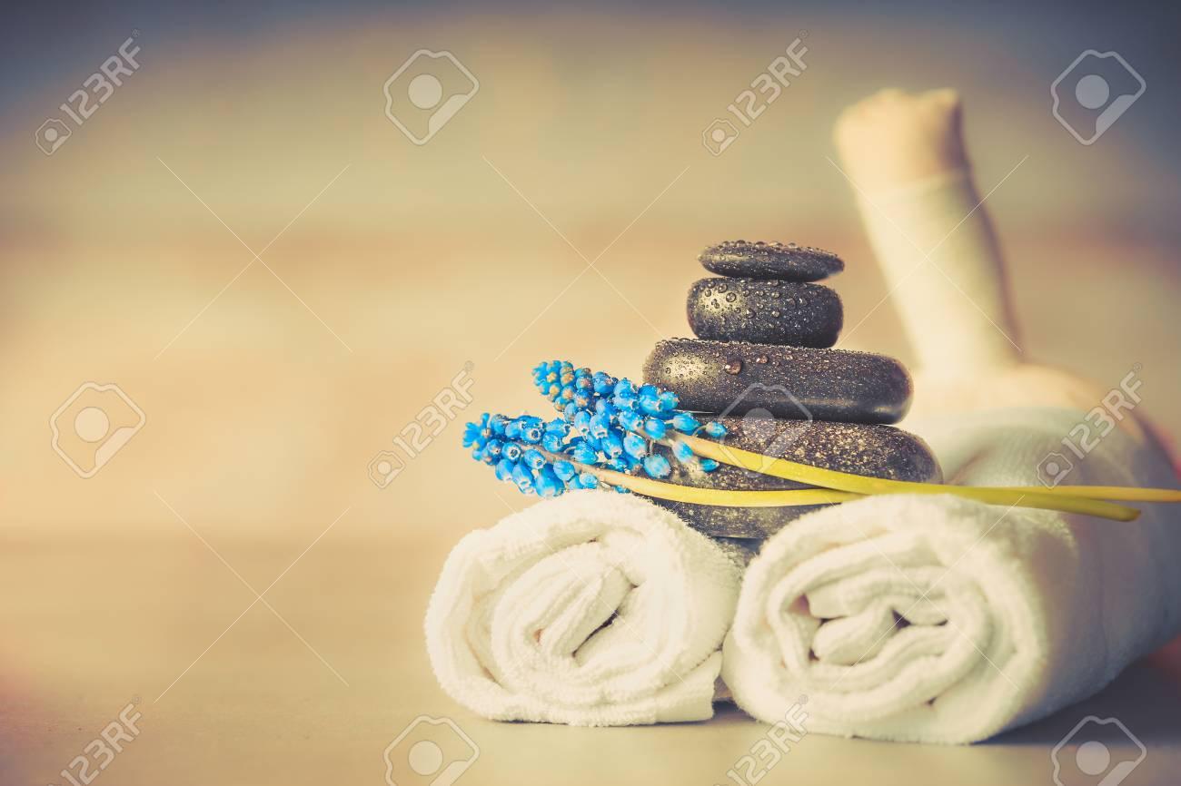 Spa wellness blumen  Spa- Oder Wellness-Einstellung Mit Massagegeräten Und Blumen Und ...