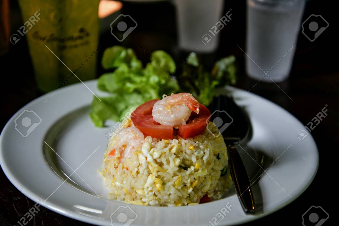 Gebratener Reis Mit Garnelen Auf Weissen Platten Mit Tomaten Und