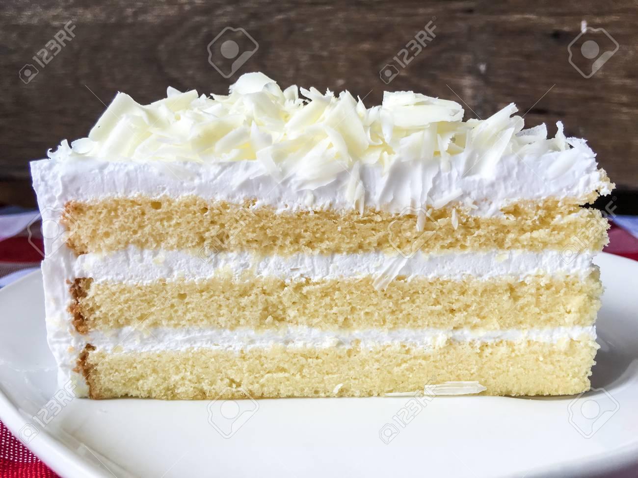 Weisse Schokoladenkuchen Auf Weissem Teller Auf Tischdecke Kariert