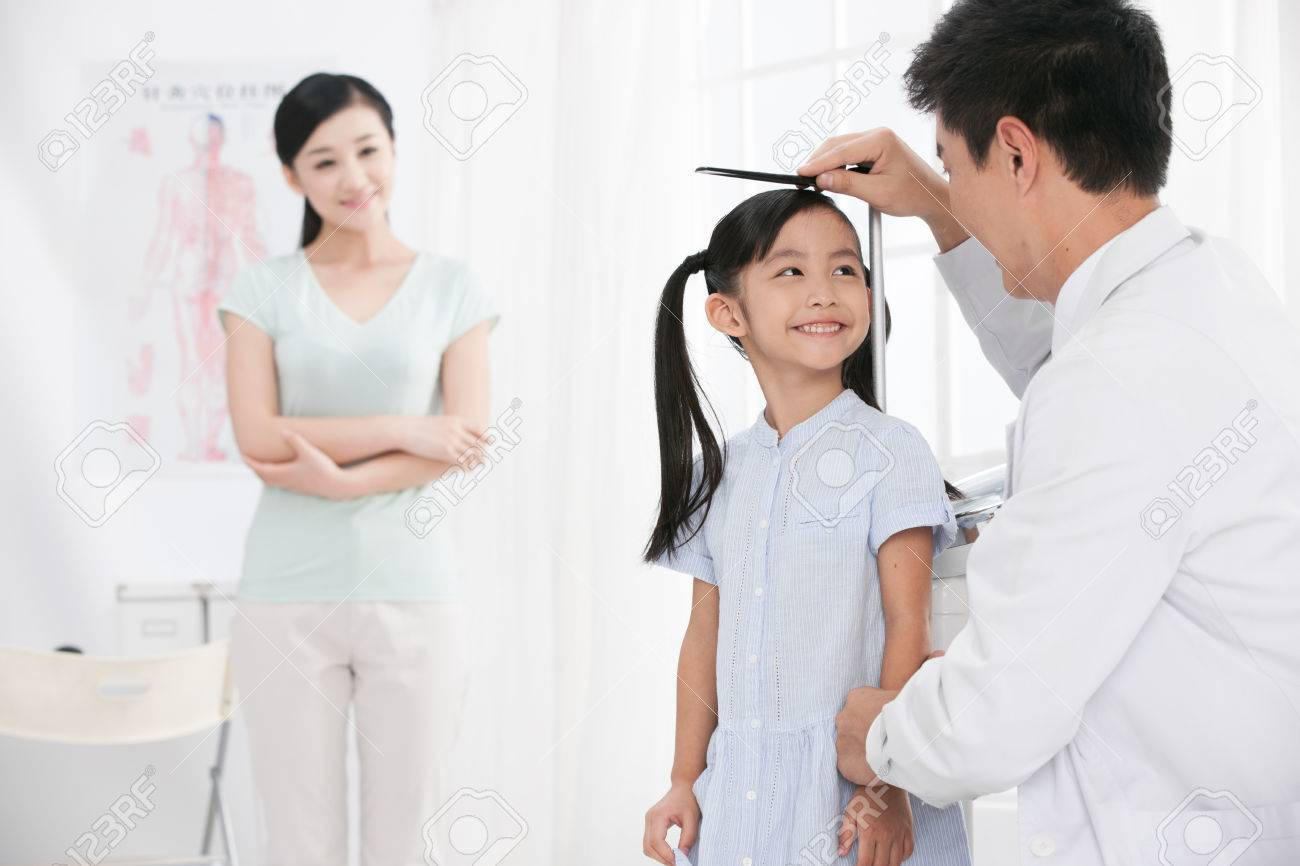 doctor measurement the girl stature Stock Photo - 30133195