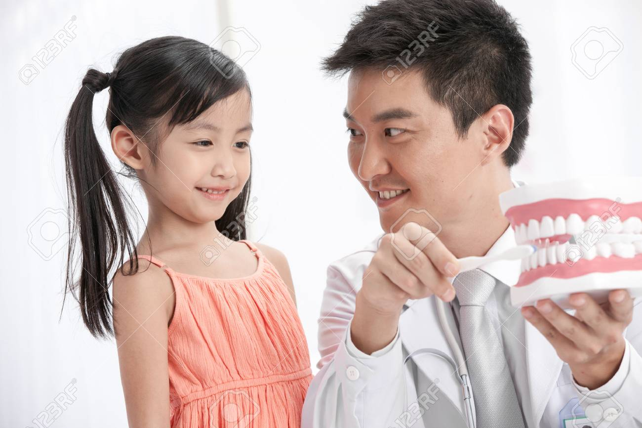 doctor teaching the girl brush teeth Stock Photo - 30133131