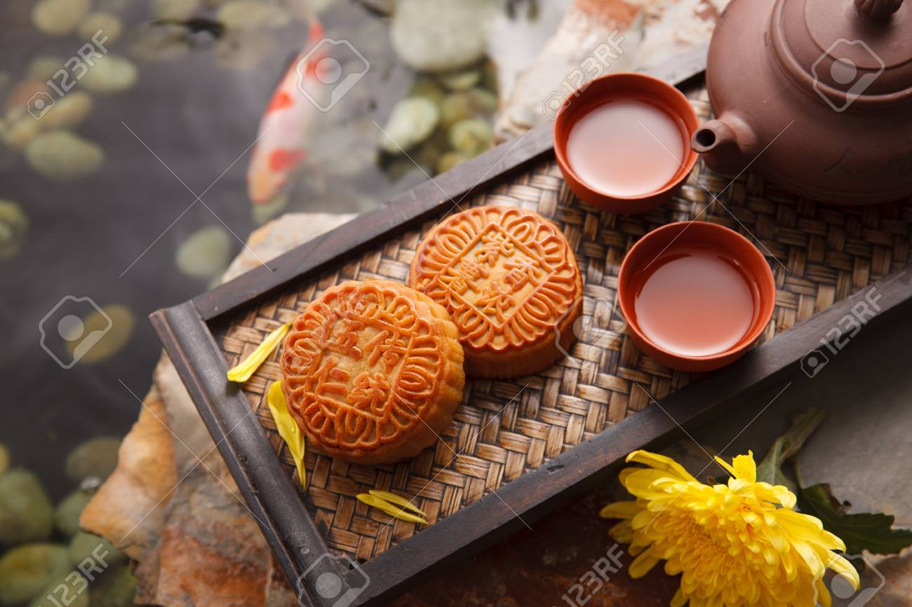 Moon cakes and Chinese tea - 67623154