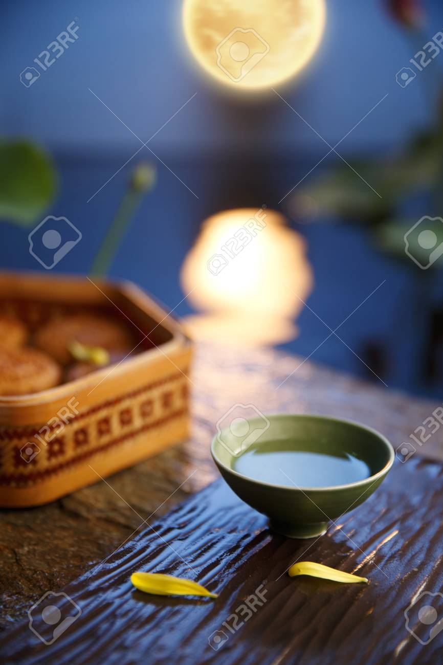 Mid-Autumn Festival with tea cup and moon cake on desk - 80549037
