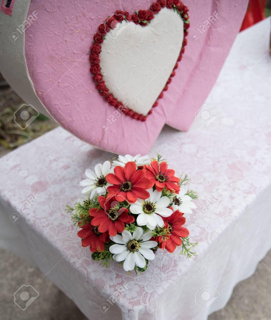 Bouquet De Fleurs Avec La Boite En Forme De Coeur Pour La Decoration