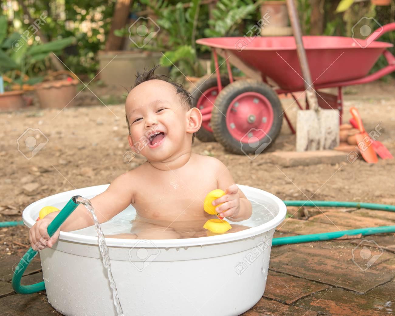 Vasca Da Bagno Neonati : Neonato asiatico bagno esterno nella vasca da bagno bianco. egli è