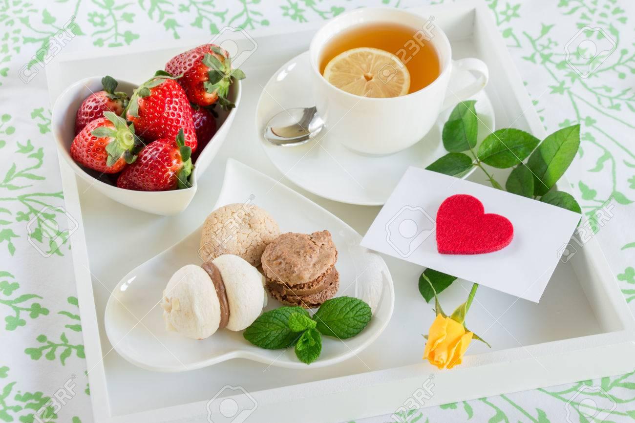 Colazione A Letto Romantica.Immagini Stock Colazione A Letto Di Te Verde Fragole Dolci E