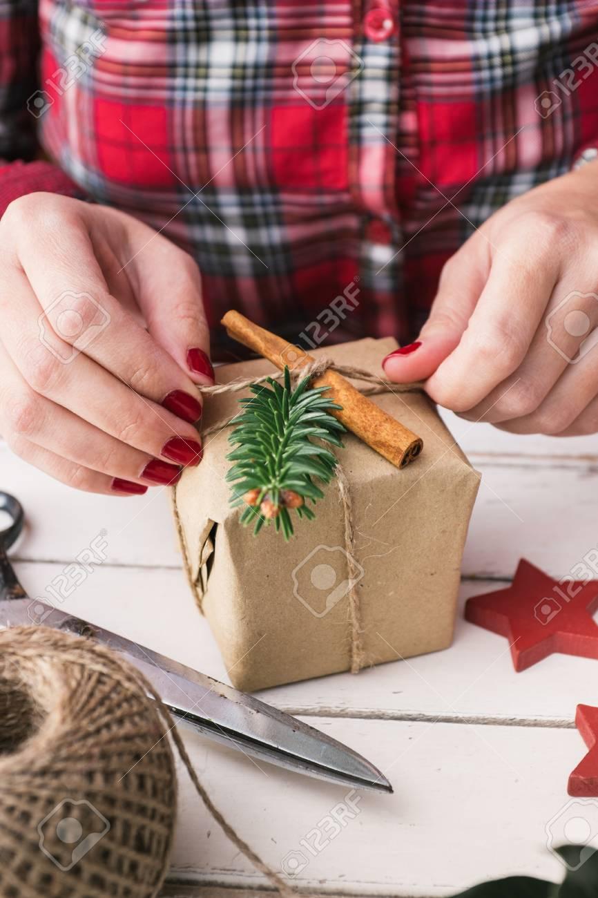 Frau Verpackung Kühl Weihnachtsgeschenk Lizenzfreie Fotos, Bilder ...