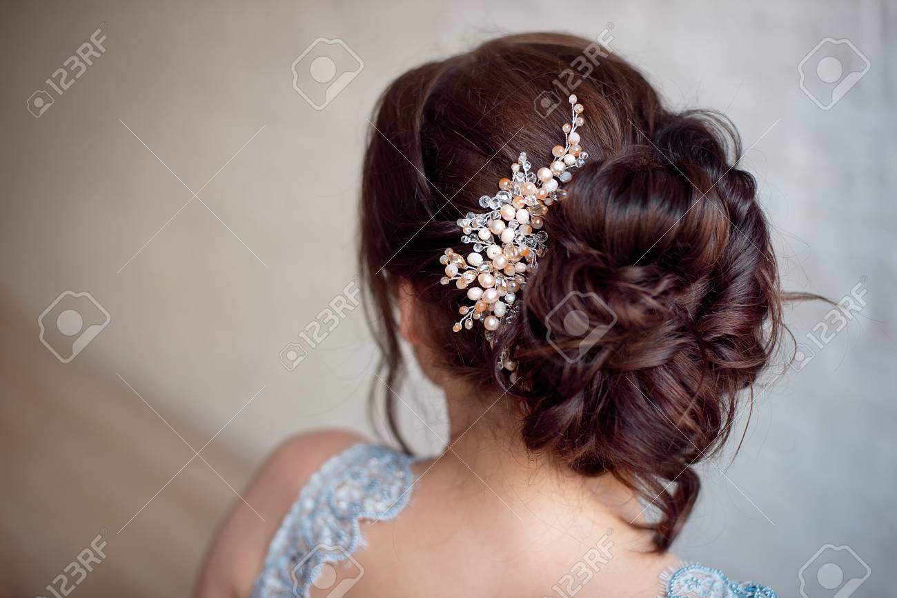 Weibliche elegante Hochzeitsfrisur für die Hochzeit, unkenntliche  Rückansicht