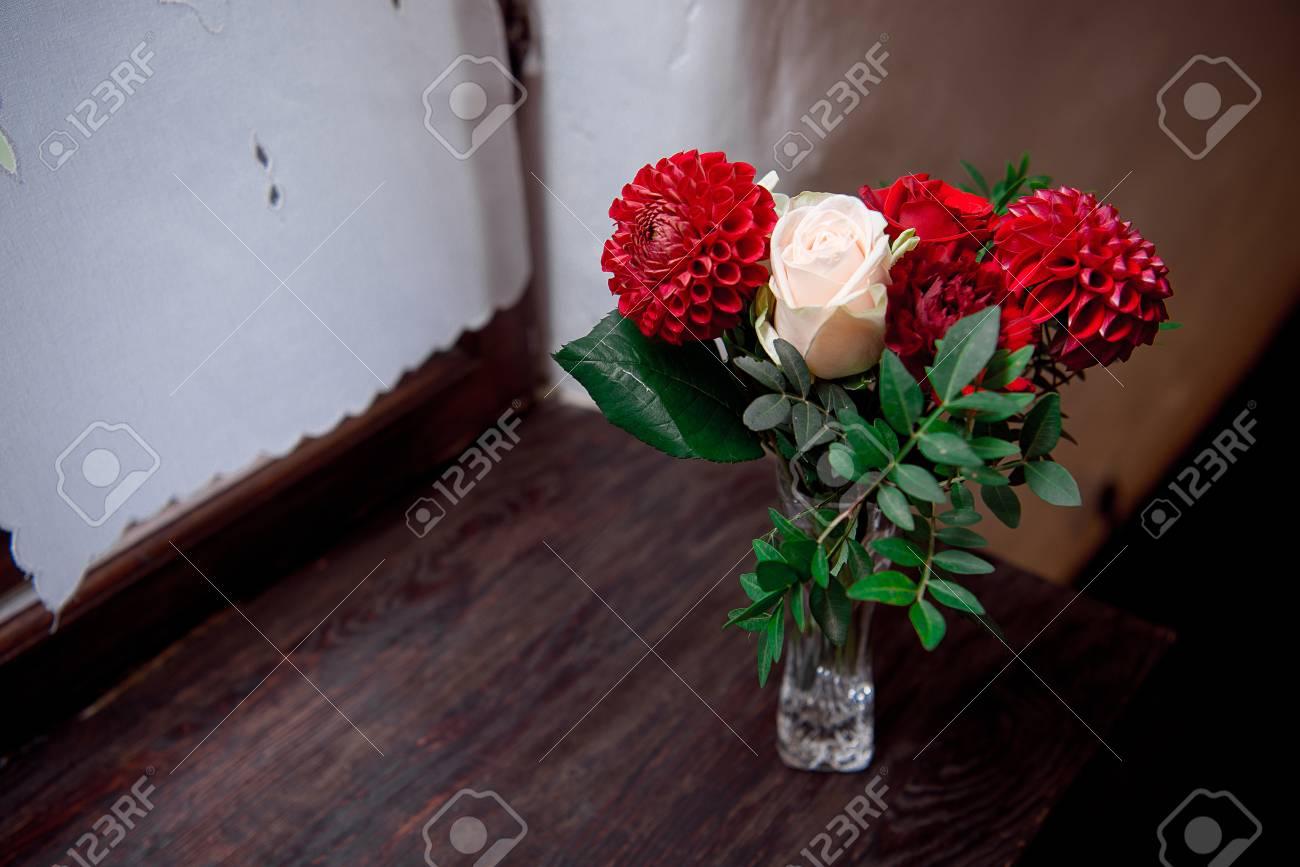 Arreglo Romantico De Flores Rojas Y Blancas De Verano Con Rosas Y