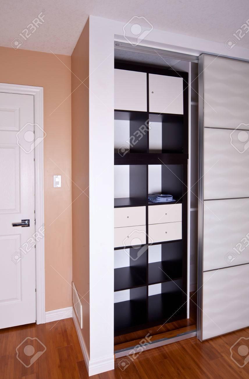 banque dimages intgr dans le placard avec porte coulissante tagres solution dorganisation du stockage des tagres vides