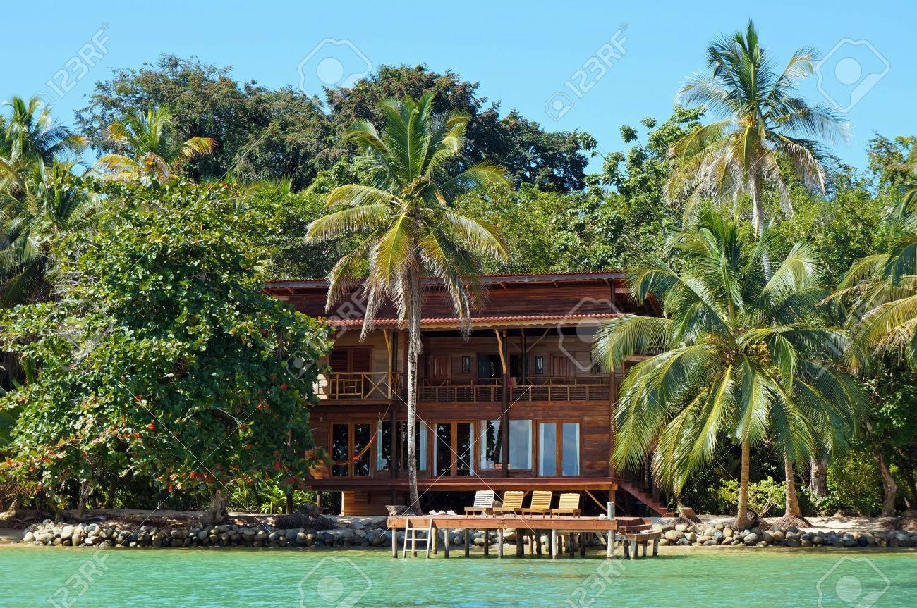 Strandhaus karibik  Tropische Strandhaus Am Wasser Mit üppiger Vegetation, Karibik ...