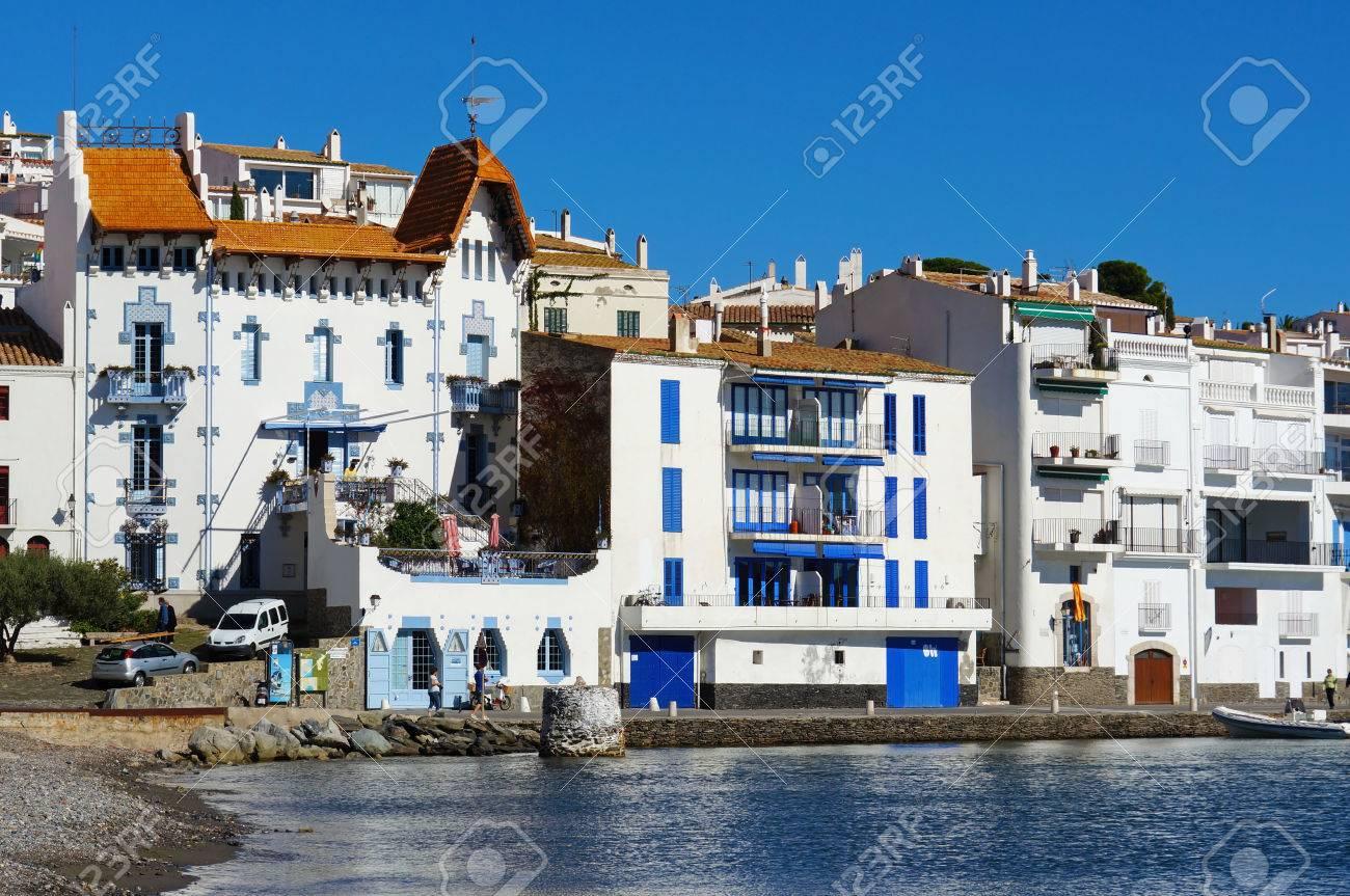 Casas Frente Al Mar En La Localidad Mediterránea De Cadaqués, España ...