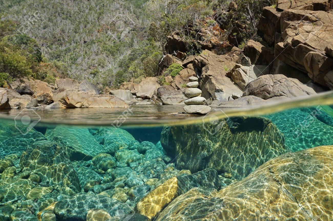 Sobre Y Debajo Del Agua En Un Río Con Las Rocas En El Lecho Del Río ...