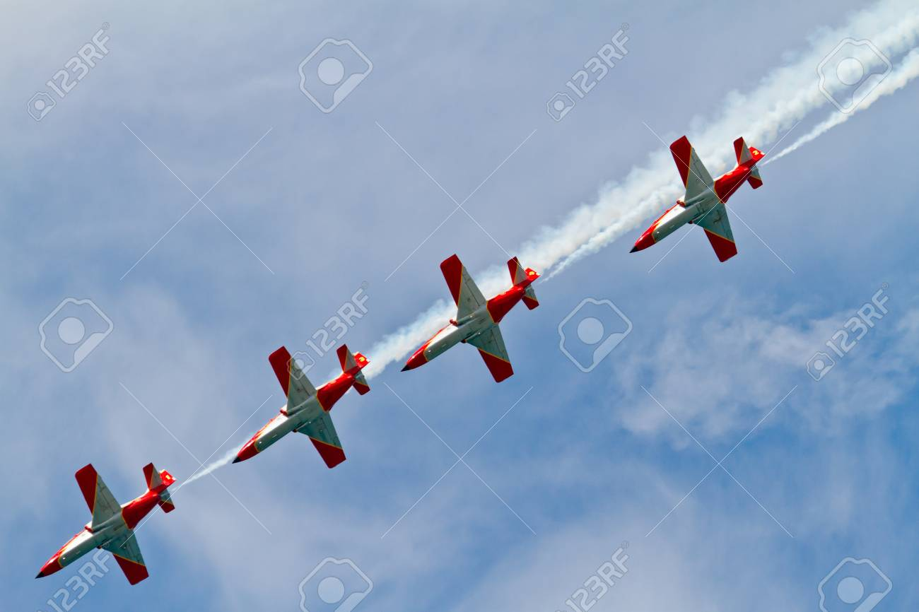 CADIZ, SPAIN-SEP 9: Aircrafts of the Patrulla Aguila taking part in a test on the 4th airshow of Cadiz on Sep 9, 2011, in Cadiz, Spain Stock Photo - 11063959