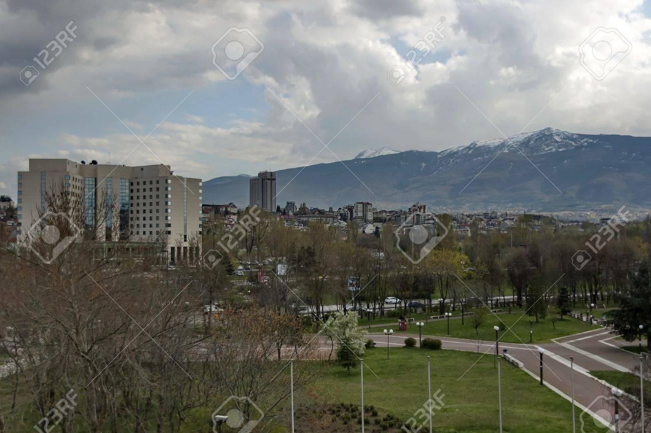 Ein Wohnviertel Von Zeitgenössischen Bulgarischen Häuser Mit Park In ...
