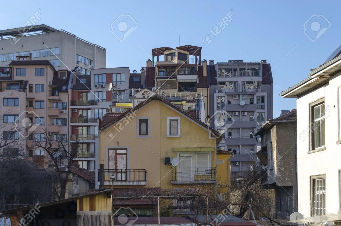Ein Wohnviertel Von Alten Zeitgenössischen Haus Und Neubau Zusammen ...
