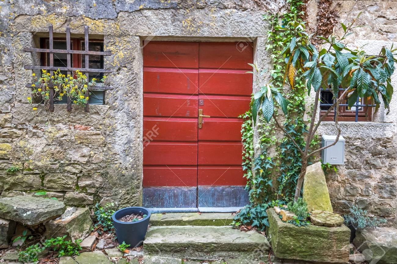 Porte Dentrée Rouge à Une Maison Sur La Rue De Pierre En Istrie
