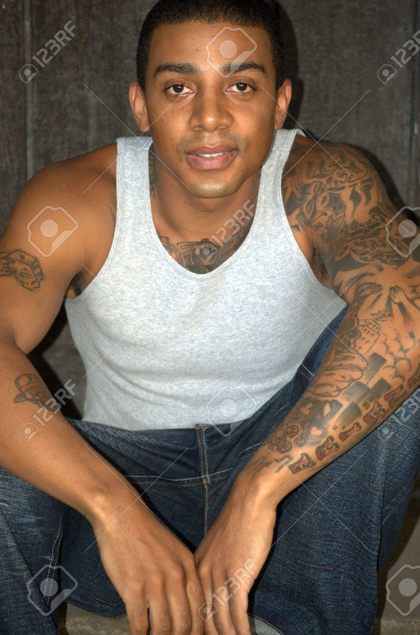 Homme Noir Avec Des Tatouages Séance Banque Dimages Et Photos