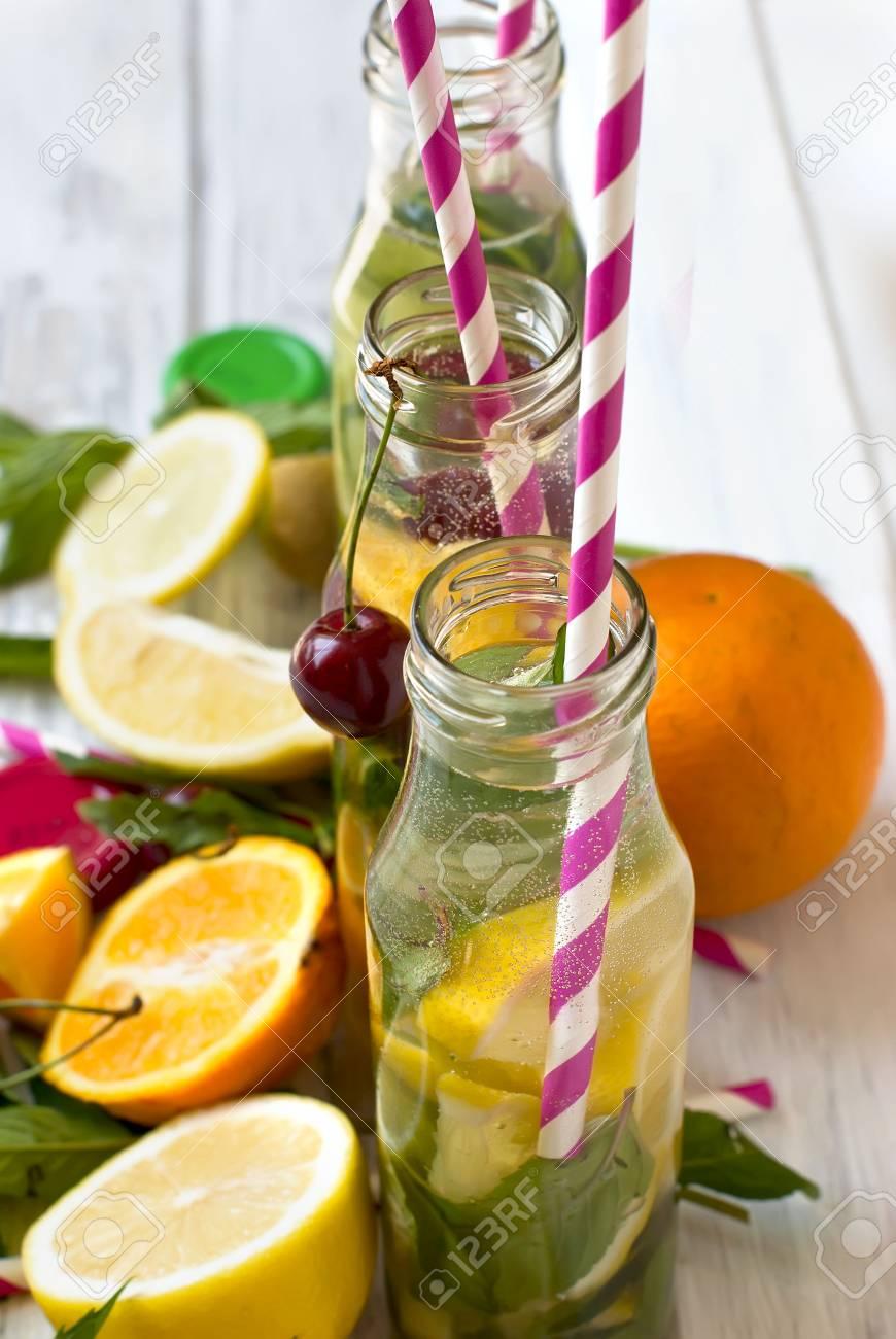 Detox Getränke Für Einen Gesunden Körper, Wasser Mit Zitrone Und ...