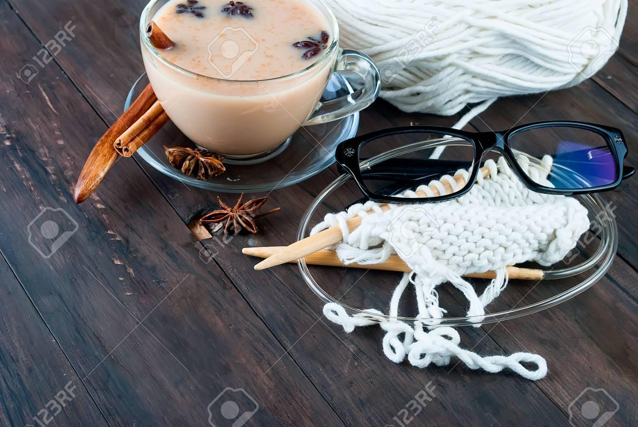 informazioni per 6238a 2f1b7 Tazza di tè nero caldo con latte e cannella, bianco per maglieria  discussioni e glasseson un vecchio tavolo in legno, messa a fuoco selettiva