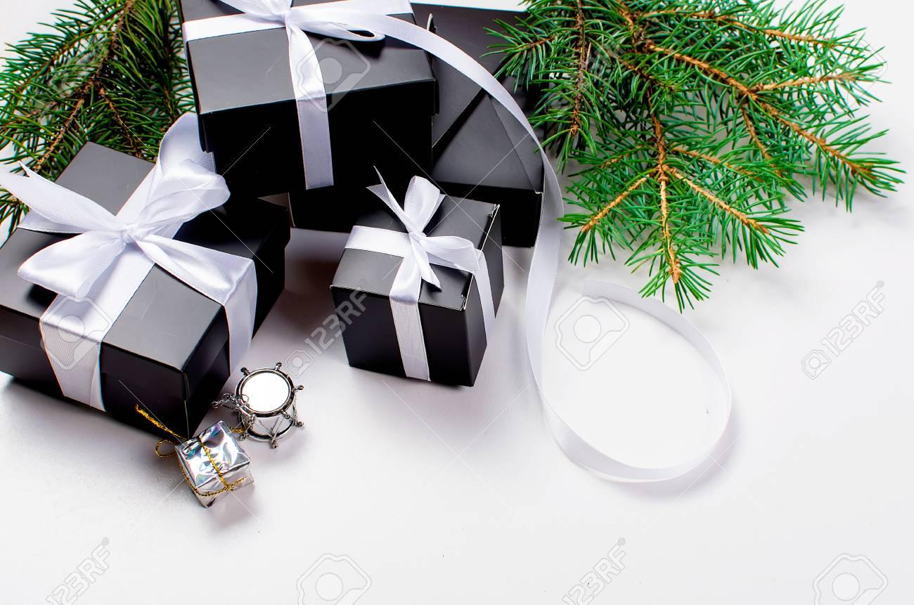 Fond De Noël Noir Et Blanc Boîte De Cadeau Noir Boules Branches De Sapin Décorations De Noël Argentées Sur Lespace De Copie De Fond Blanc