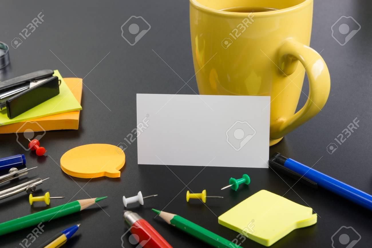 Blanc Carte De Visite Vierge Table Bureau Avec Ensemble Fournitures Colore