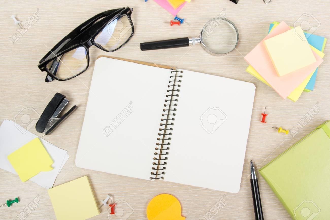 Blanc Carte De Visite Vierge Table Bureau Avec Ensemble Fournitures Colore Tasse Stylo Crayons Fleur Notes Cartes Sur Beige