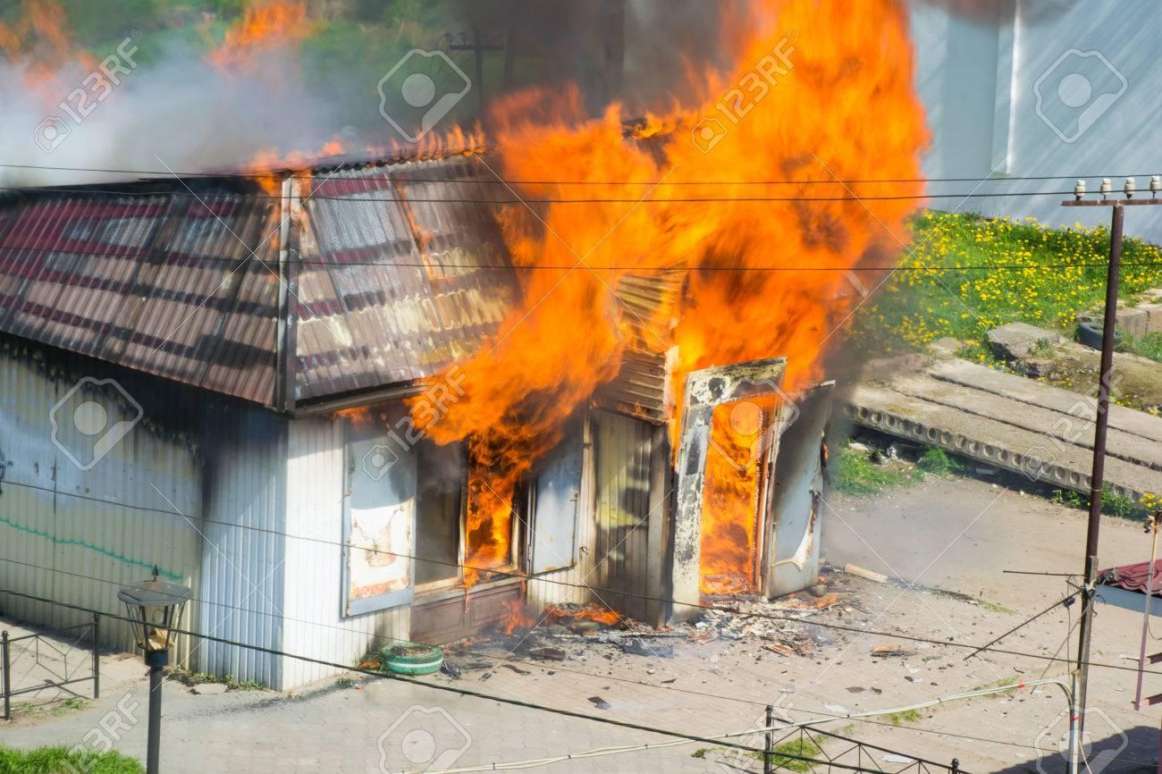 写真素材 , 煙と火のすべてのバーンズの建物火災