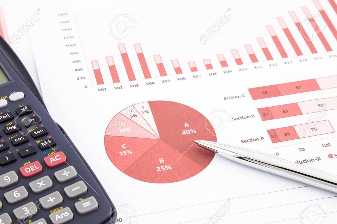 Calculatrice Et Stylo Avec Des Cartes De Visite Rouge Graphiques