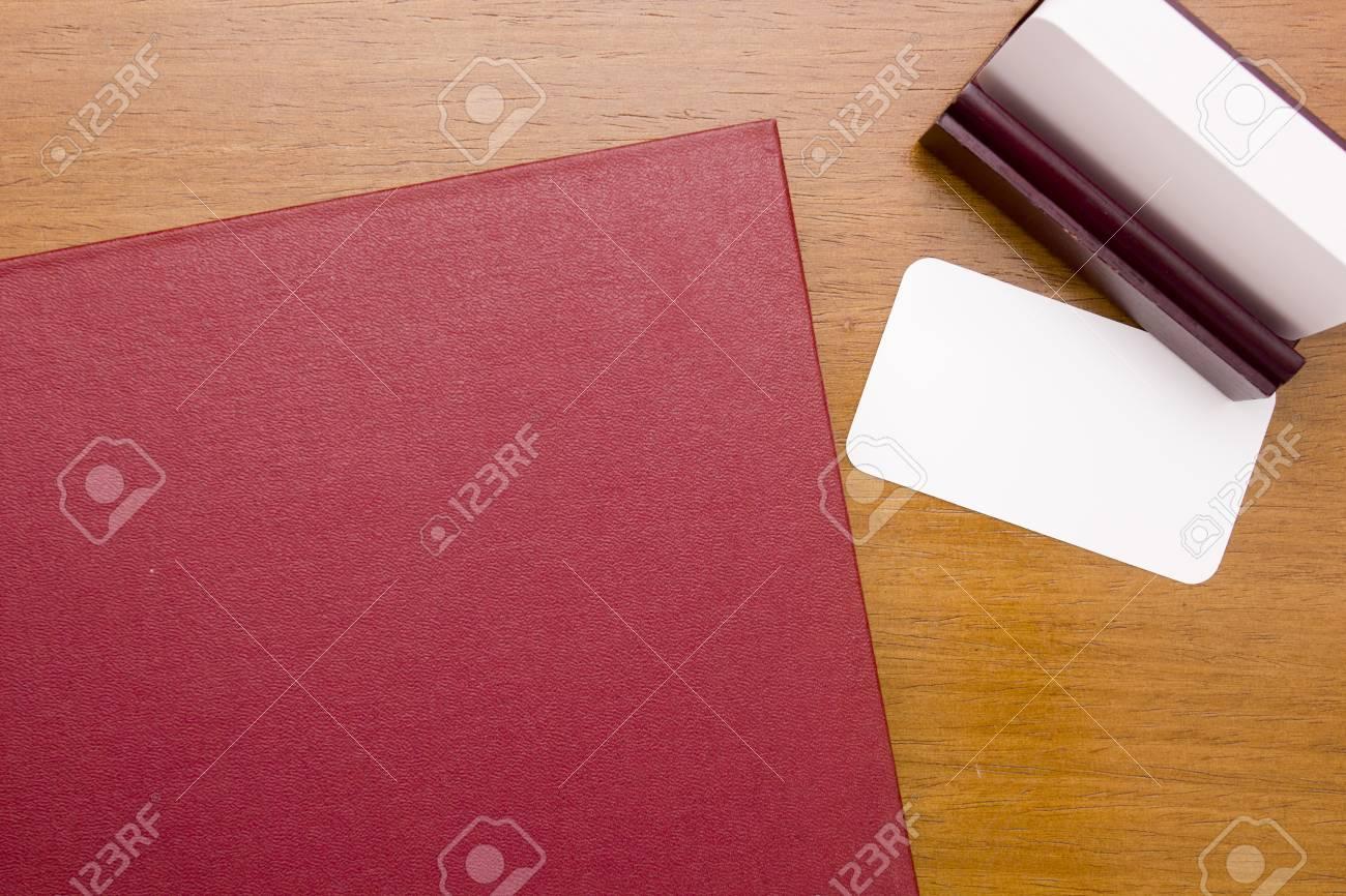 Grueso Libro Rojo Con La Tarjeta De Visita Para La Colocación De La ...