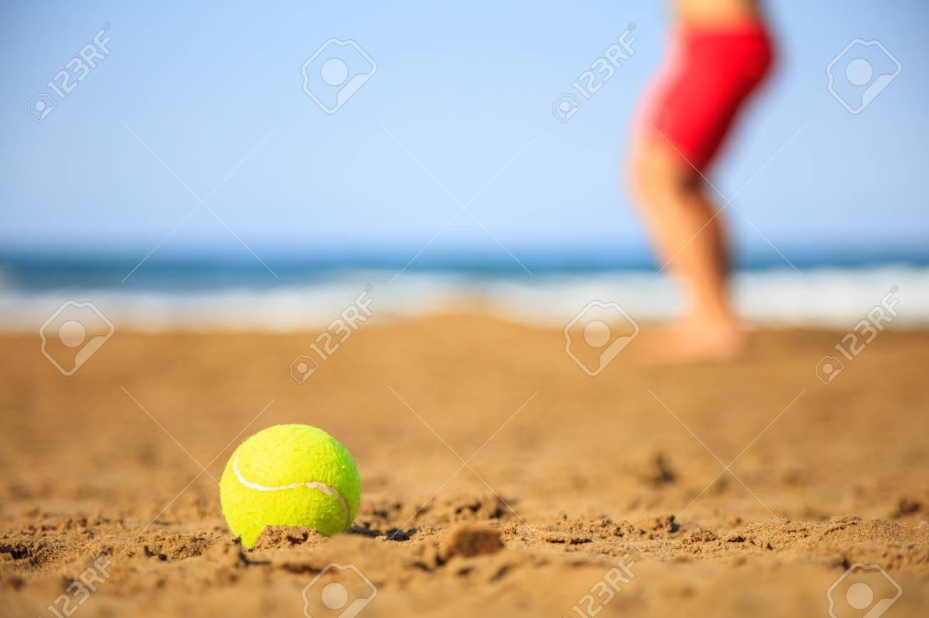 teniszlabda a strandon