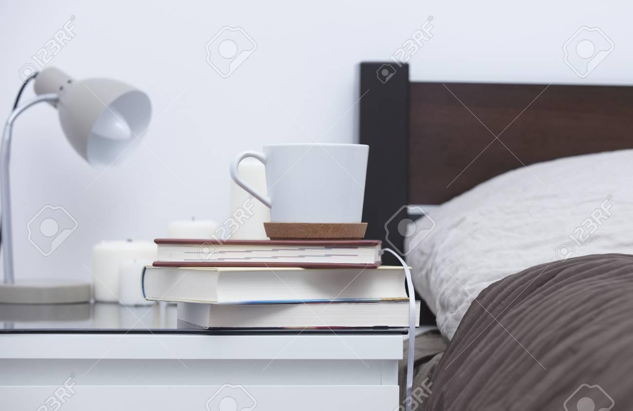 Candele Camera Da Letto : Pila di libri notebook tazza di caffè candele e lampada sul