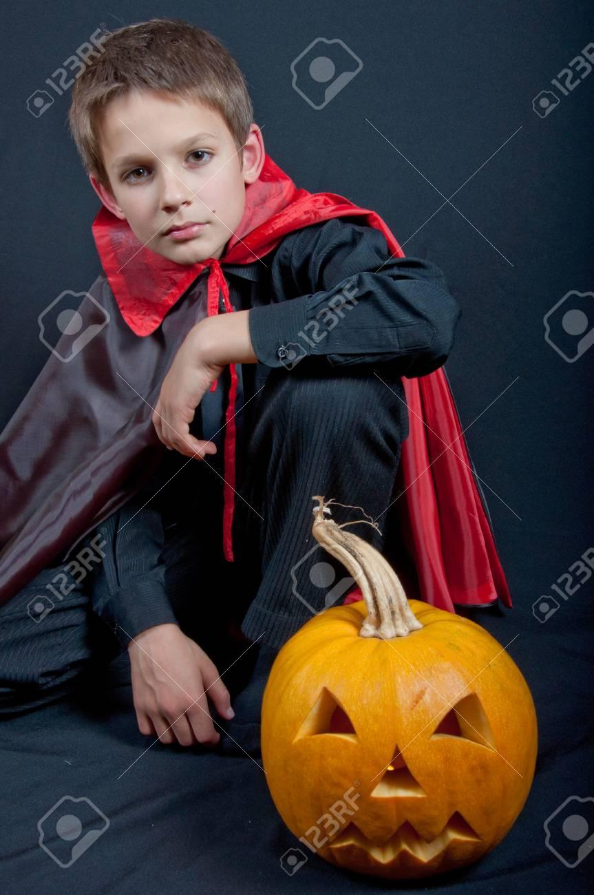 Junge Wie Vampir Für Halloween-Party Gekleidet. Schwarze Und Rote ...