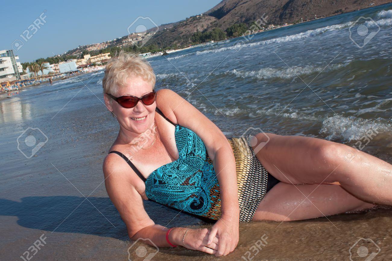 Edad Tumbado Un Gafas De Madura Sol Baño Y Traje Una Mujer En hQrtsd