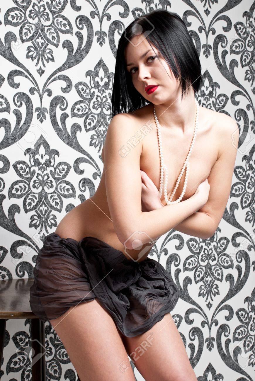 ビンテージ壁紙の背景でファッション ポートレート ヌード エレガント