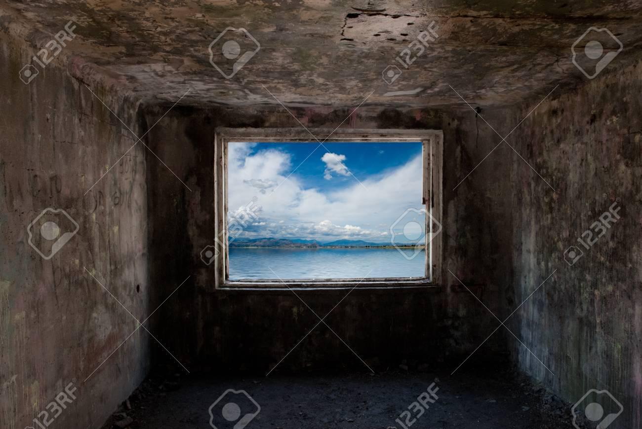 Sombre Ancienne Chambre Avec Fenêtre Sur La Mer Derrière Lui Banque ...