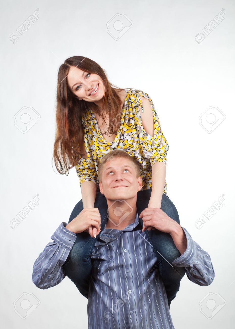 Девушка на шеи у мужчины фото