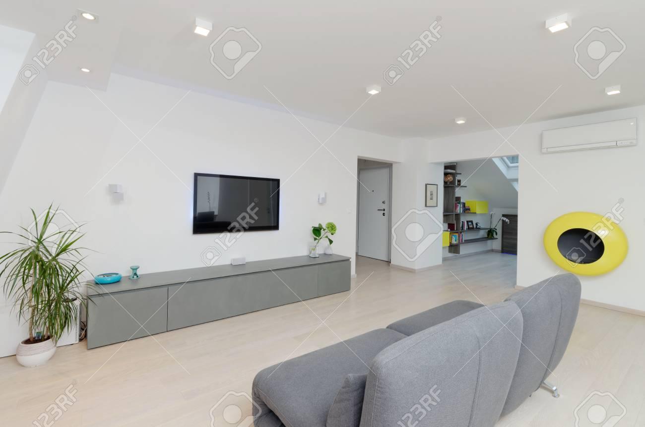 Ein Modernes Wohnzimmer Mit Tisch Und Sofa Phantasie Lizenzfreie ...