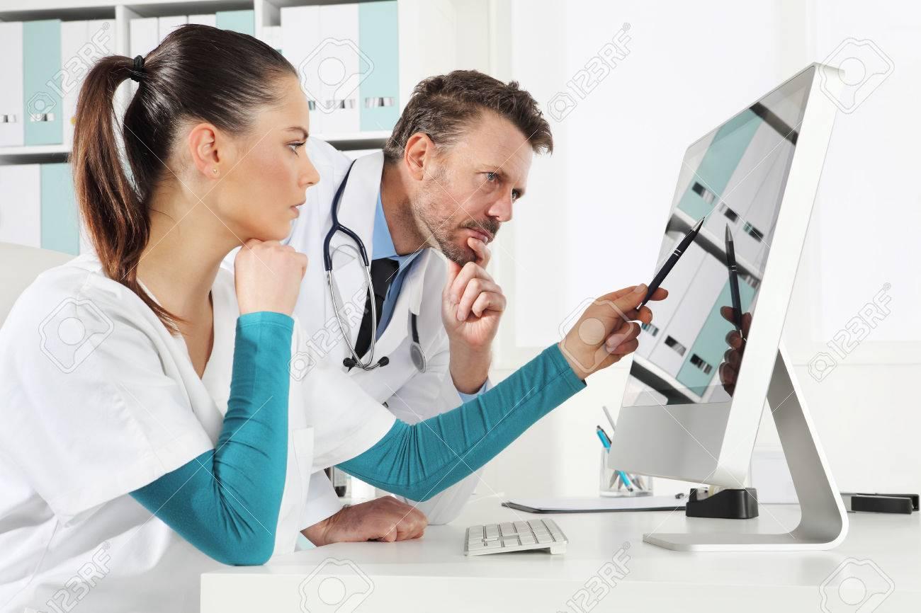 cf7efe37f6968 Banque d images - Docteur utilisation ordinateur avec infirmière