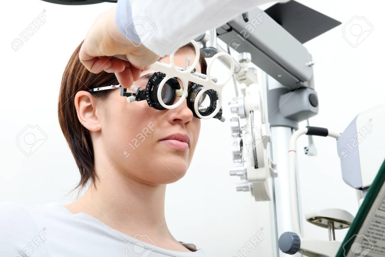 PTIco Con Marco De Prueba, Optometrista Médico Examina La Vista De ...