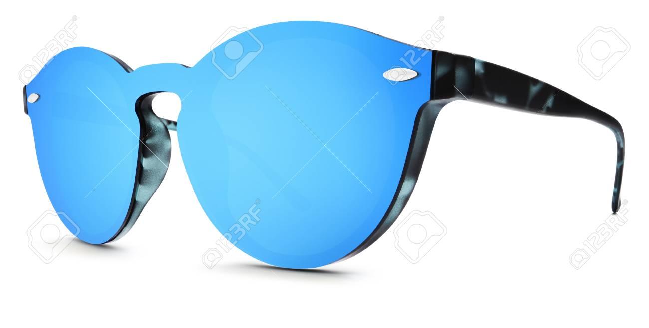 meilleure sélection d2733 0a753 Lunettes de soleil tachetées miroir bleu lentilles isolées sur fond blanc.